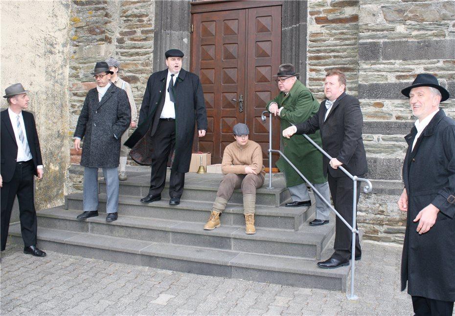 Dorfleben aus der Feder der Nachkriegszeit Der Gemeinderat tagt Ende der 1940er Jahre auf den Treppenstufen der Pfarrkirche